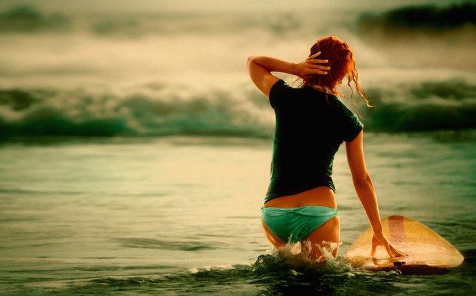 Обои Девушка с доской для серфинга, обои для рабочего стола
