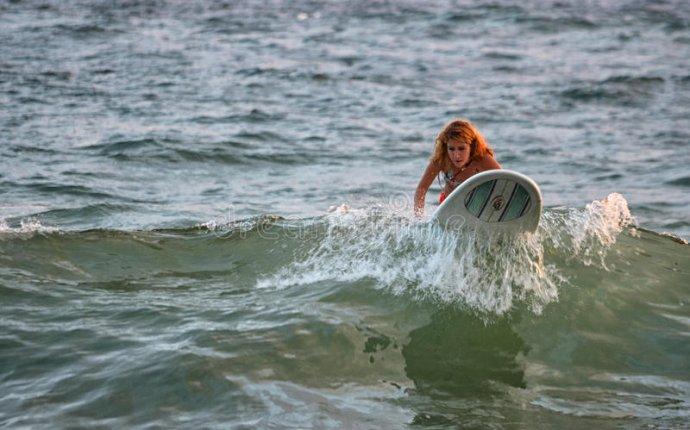 Серфинг женщины Редакционное Фотография - изображение: 37478677