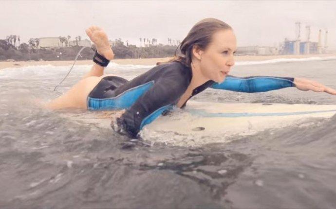 Шикарное видео про серфинг от моделей в бодиарте, после которого у